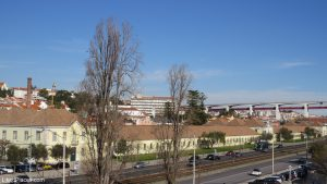 Lisboa Carros a circular em frente à Cordoaria Nacional - carta condução Portugal