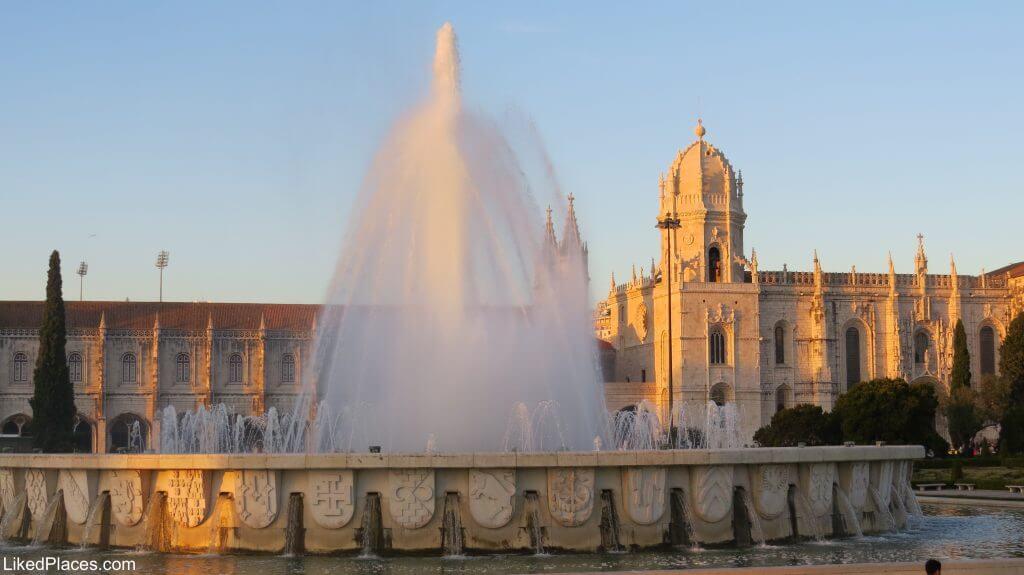 Lisboa Repuxo na Praça do Império com Mosteiro dos Jerónimos em Belém