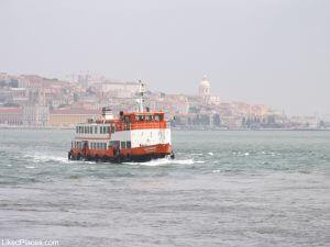 Lisboa Cacilheiro no Rio Tejo com Lisboa ao fundo