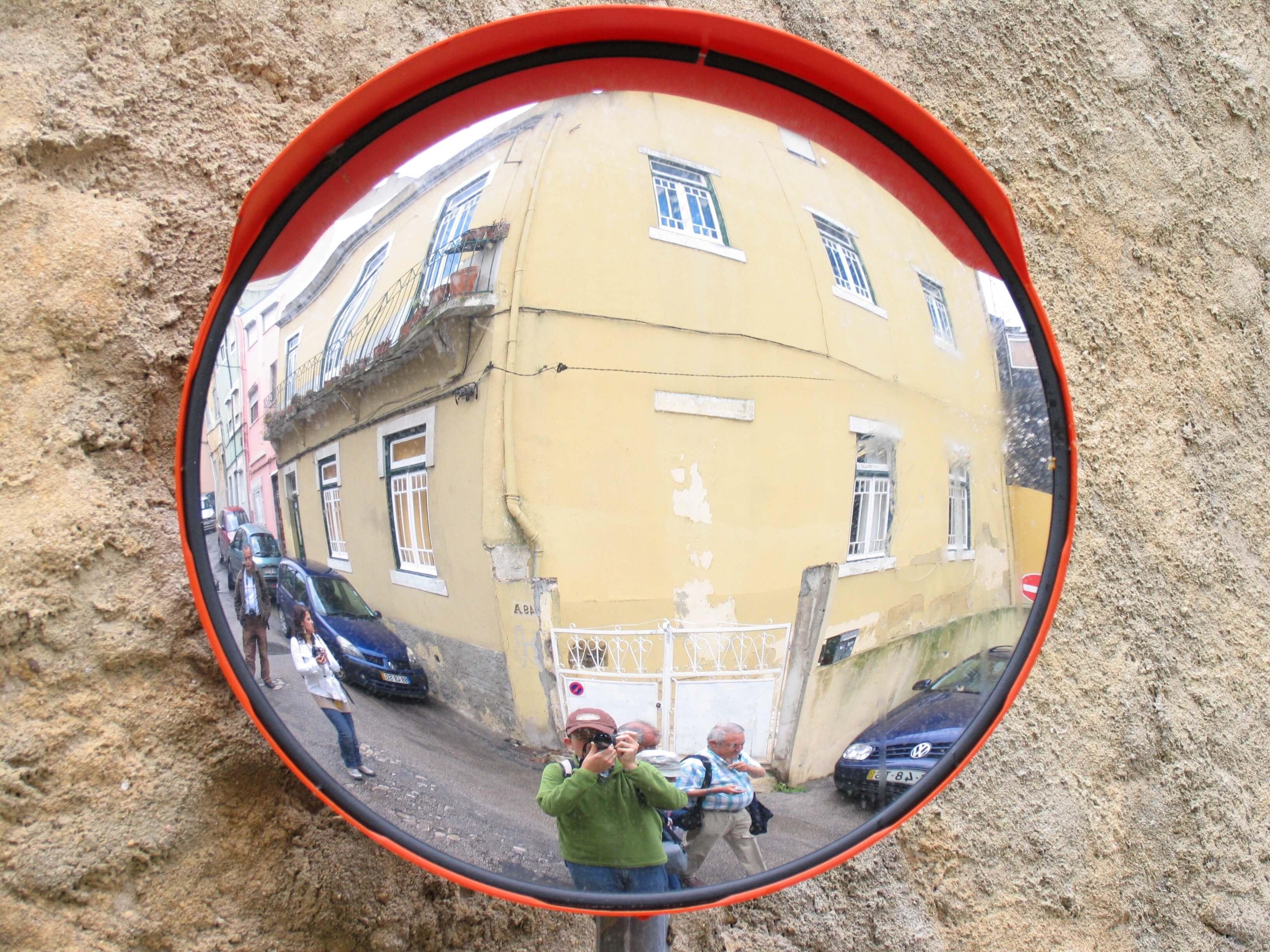 Espelho refletindo pessoas