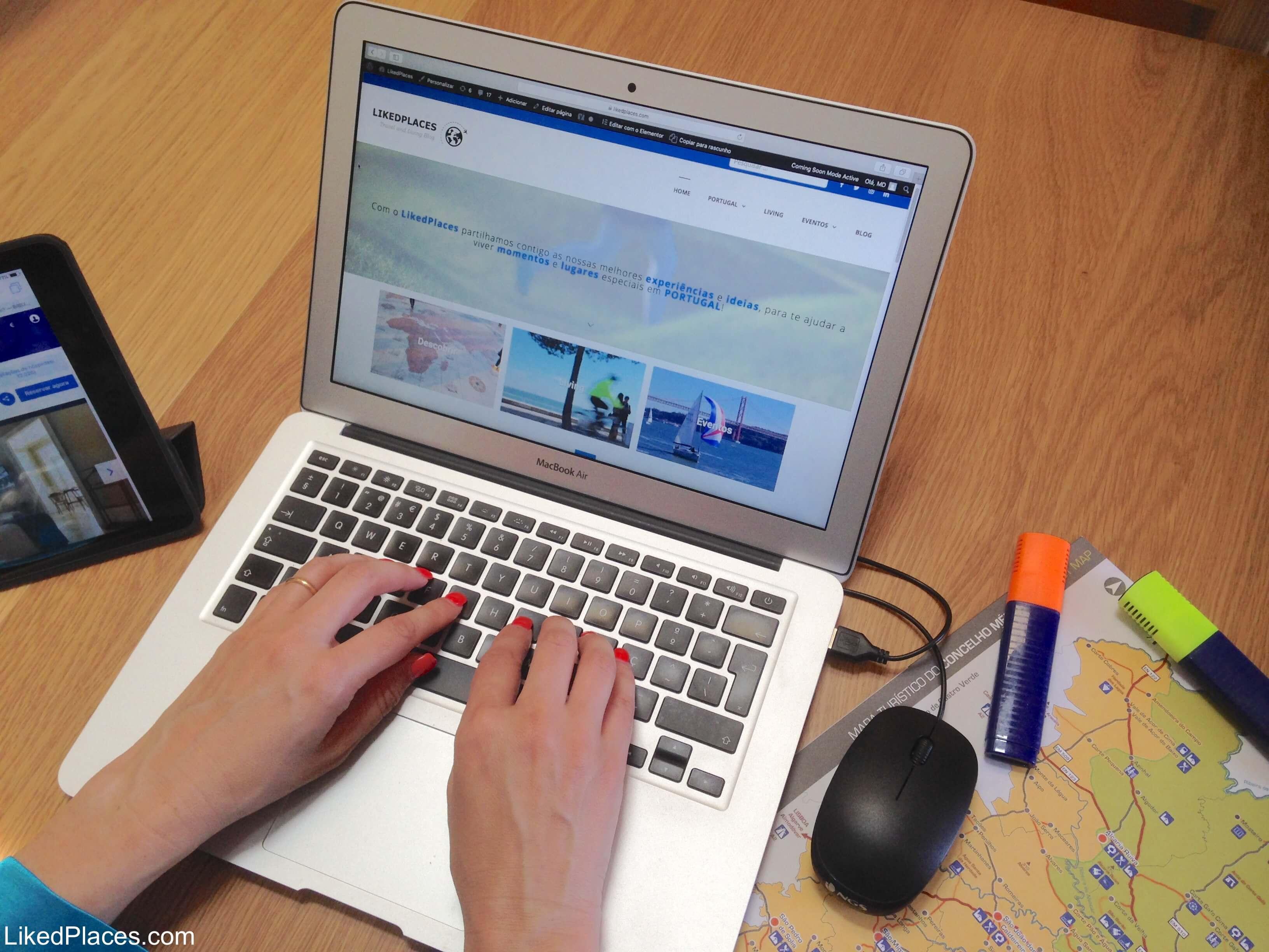 Mãos femininas a escrever num portátil com mapa ao lado Contacta-nos