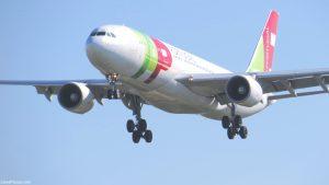 Avião no ar preparando-se para aterrar; to lisbon by plane