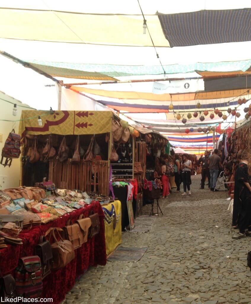 Bancas com venda de produtos no Festival Islâmico em Mértola