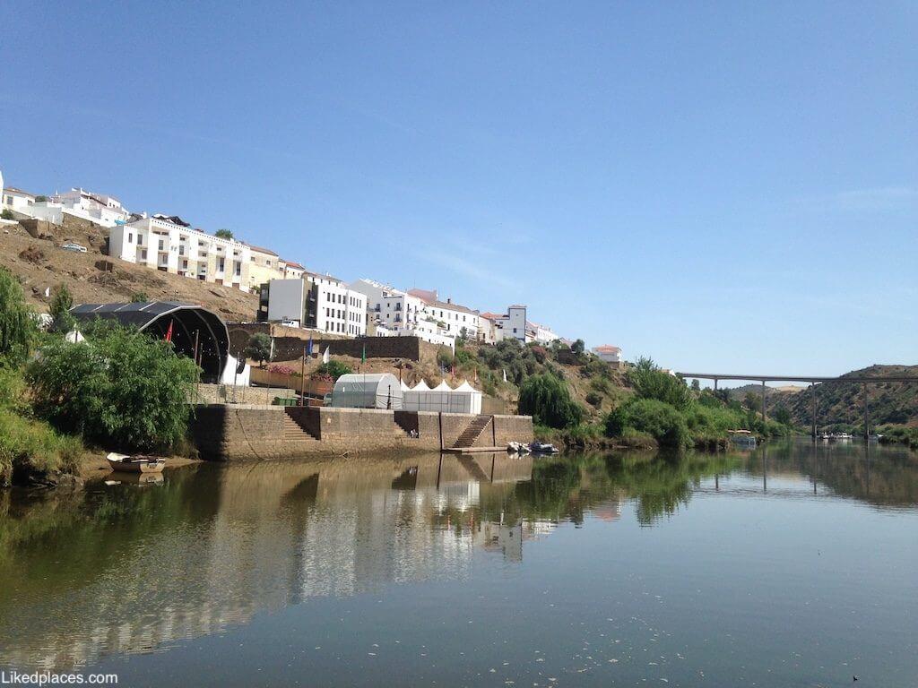 Mértola Vista do Rio Guadiana para o cais, a vila e a ponte durante o festival islâmico