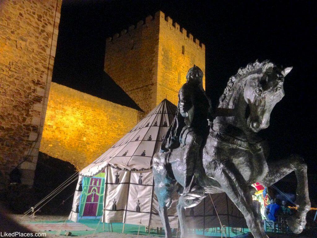 Ibn Qasi em frente ao Castelo de Mértola