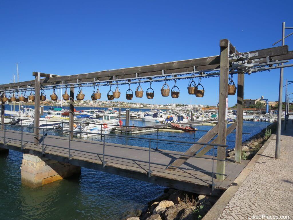 Estrutura dos cestos de transporte de peixe junto ao Rio Arade no Museu de Portimão