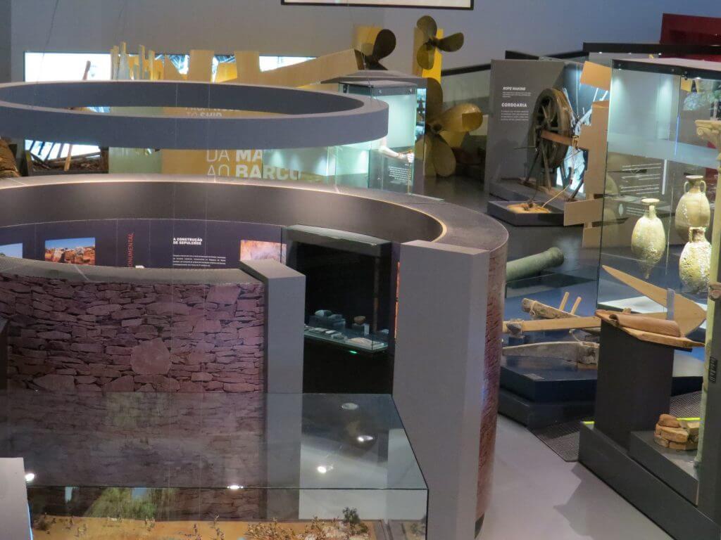 Algarve, Interior do Museu de Portimão com ânforas, canhões e hélices