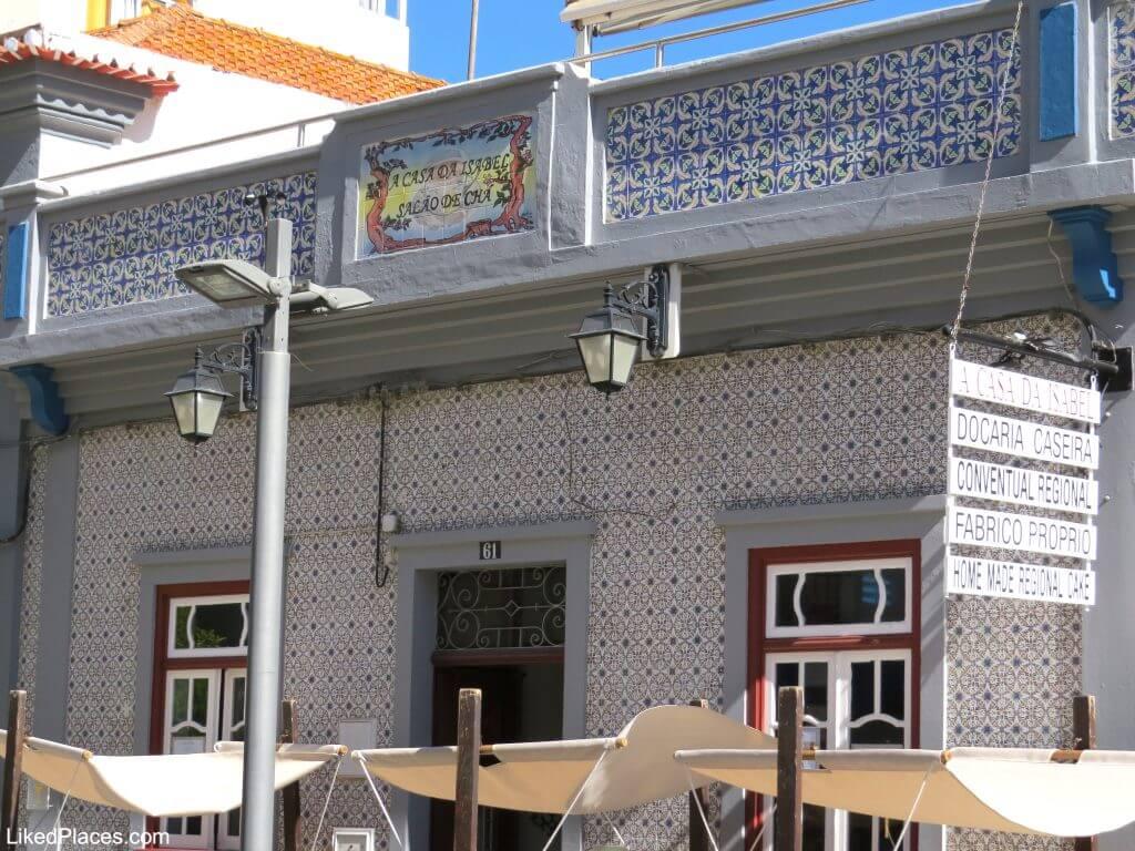 Algarve, Salão de Chá A Casa da Isabel, Portimão com fachada em azulejos e esplanada