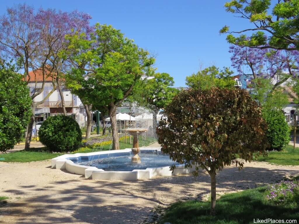 Largo 1st of December, Portimão with fountain and trees