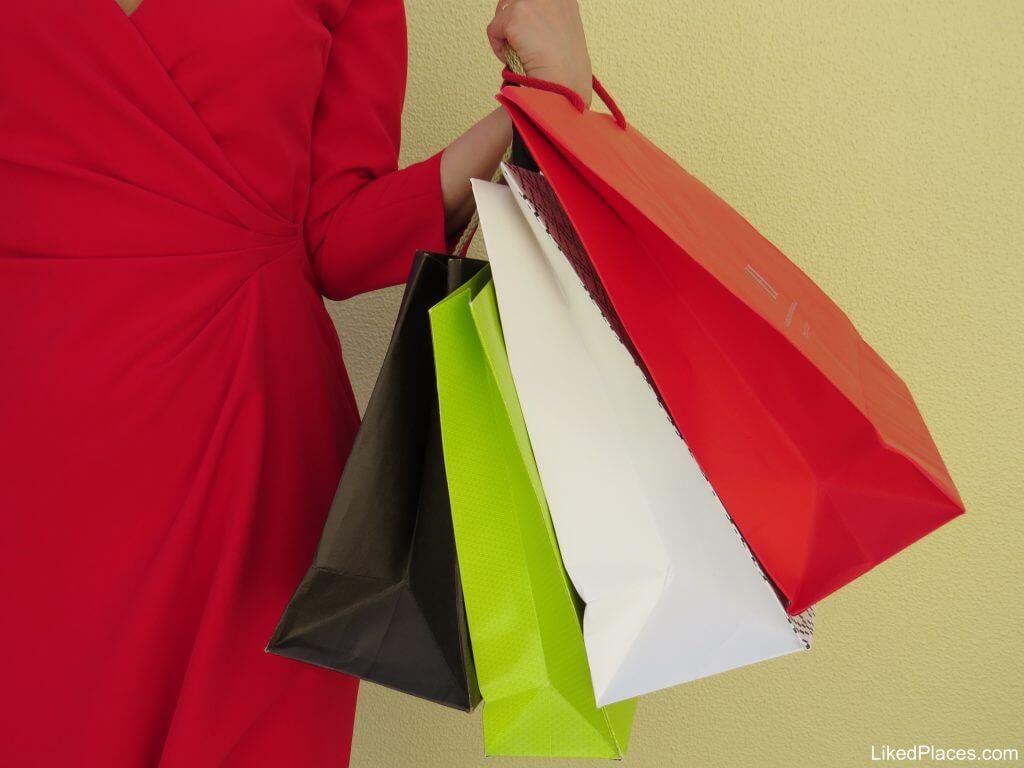mulher em pés com sacos de compras; Shopping Bags