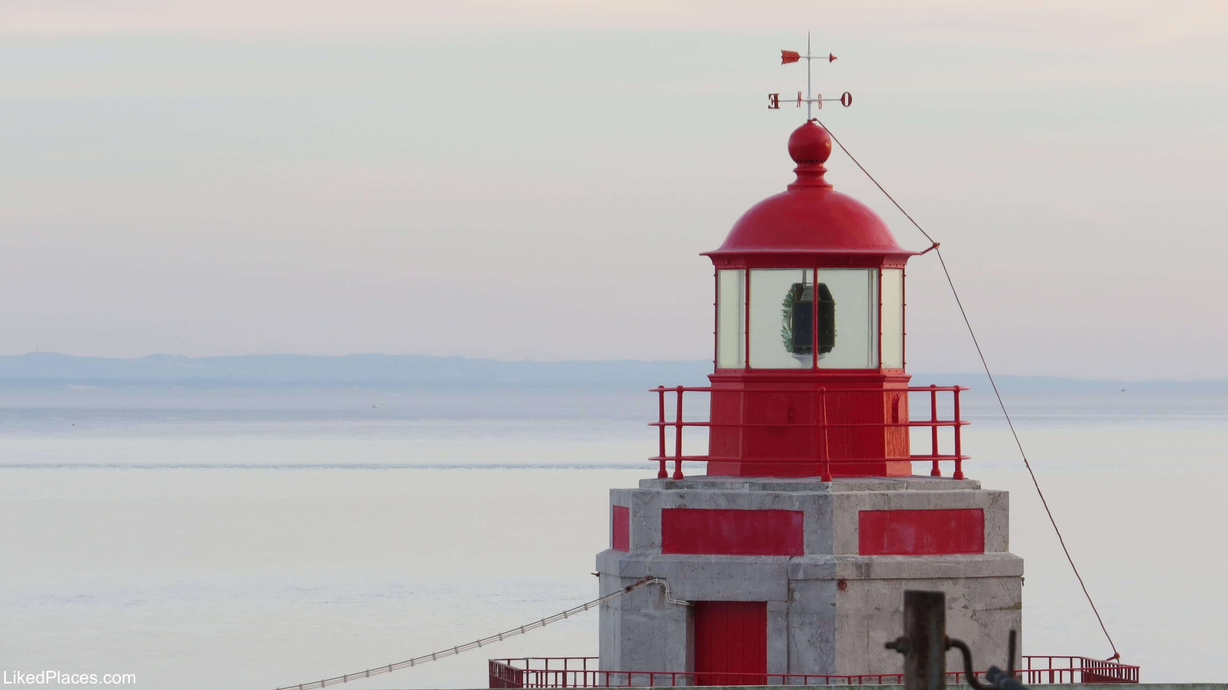 Farol vermelho com mar ao fundo, red lighthouse