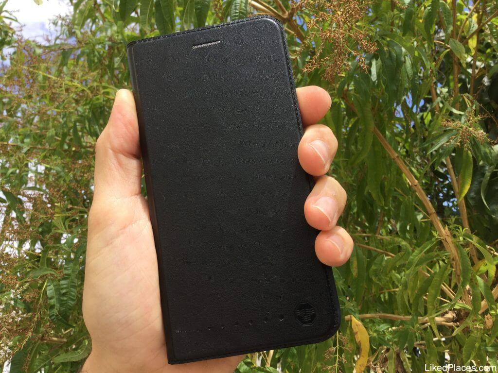 mão a segurar um telemóvel