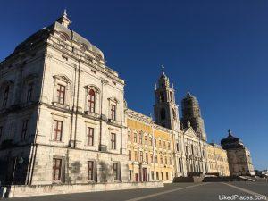 Fachada e terreiro do Palácio Nacional de Mafra