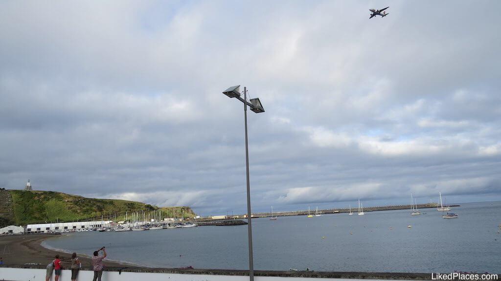 Avião a sobrevoar a Baía da Praia da Vitória, Ilha da Terceira, Açores, Azores, Plane going to Lages Airport, Praia da Vitória Bay, Terceira Island