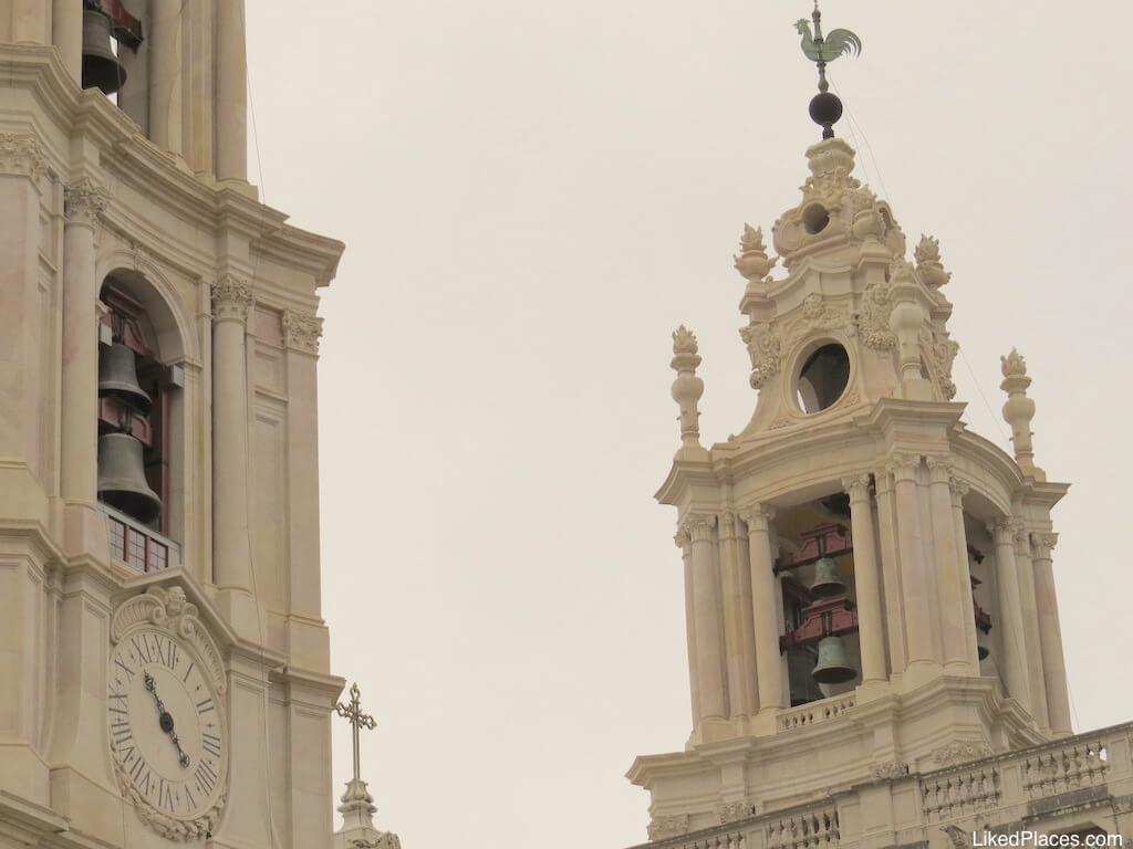 Torres sineiras do Palácio de Mafra. Pormenor de relógio numa das torres sineiras Palace Bell Towers