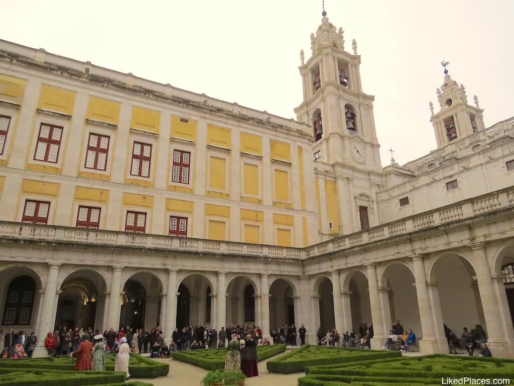 Claustro concerto de carrilhões Palácio Mafra Palace Cloister during a concert of Carrilions