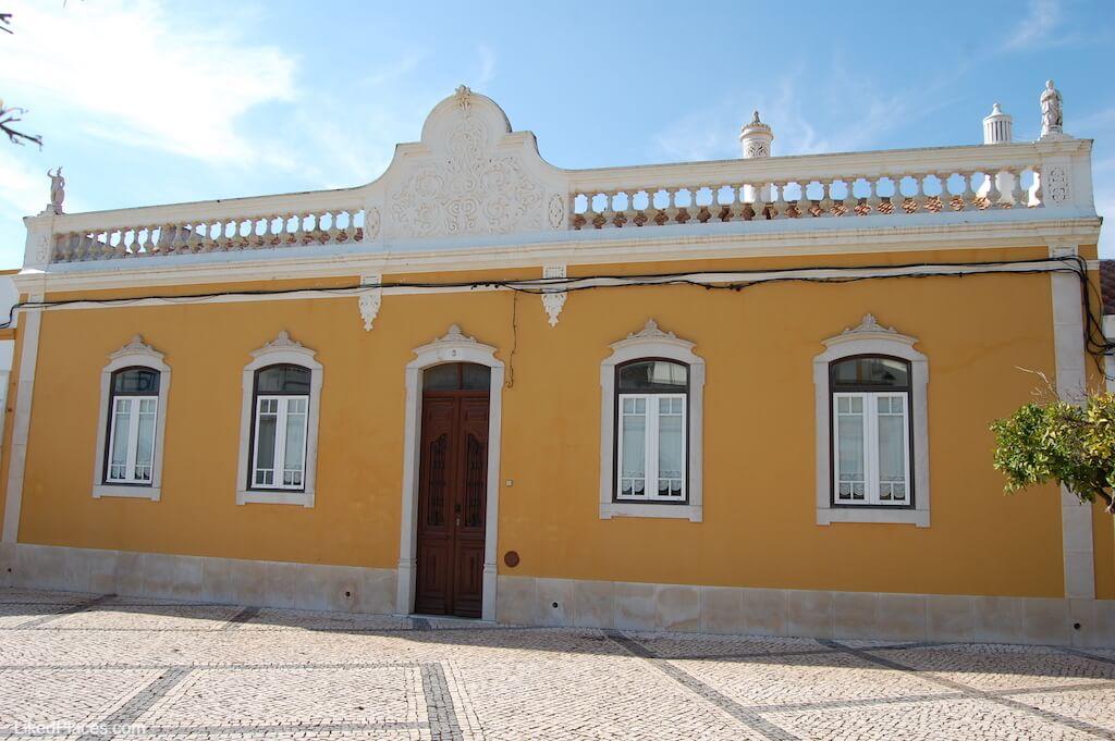 Platibanda de casa algarvia no Largo principal de Castro Marim