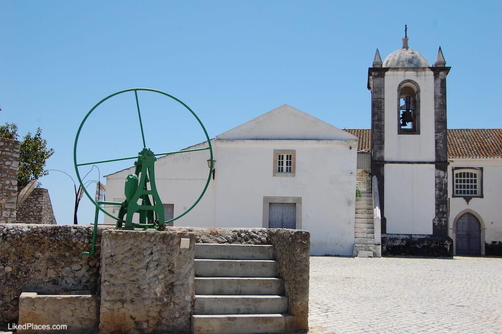 Cisterna e Bomba Manual com Igreja ao fundo, em Cacela Velhaa