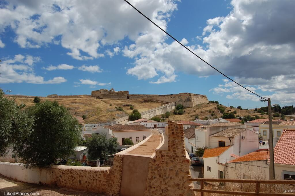 Pano de Muralha Castelo Castro Marim, com Forte de São Sebastião ao fundo