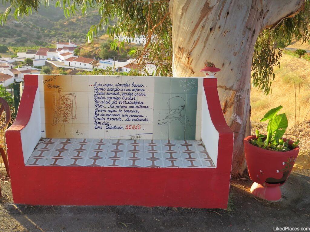 Miradouro sobre a aldeia de Odeleite. Banco com poema