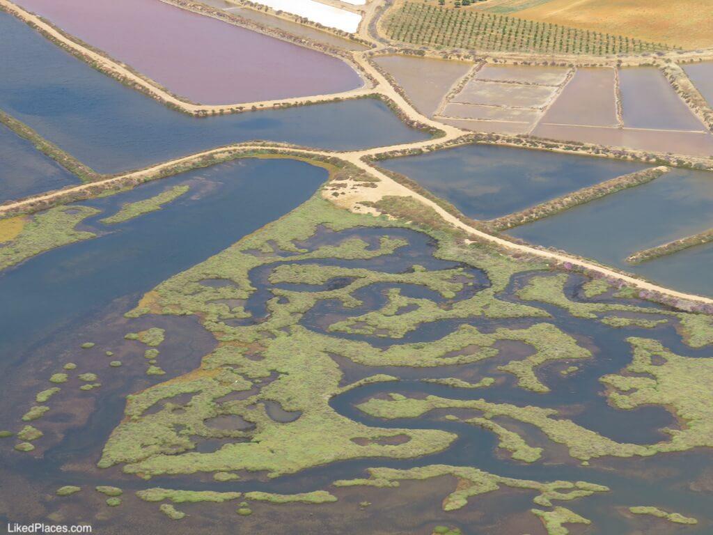 Vista aérea sobre o dragão de Tavira (com as salinas ao fundo), na Ria Formosa,