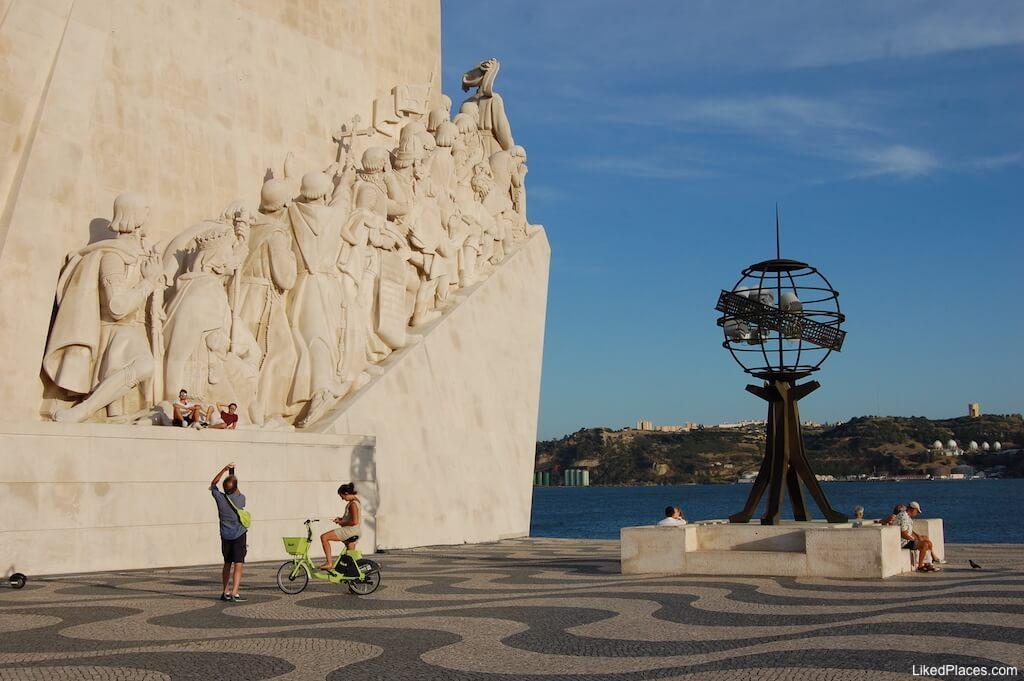 Esfera armilar junto ao Padrão dos Descobrimentos, Lisboa