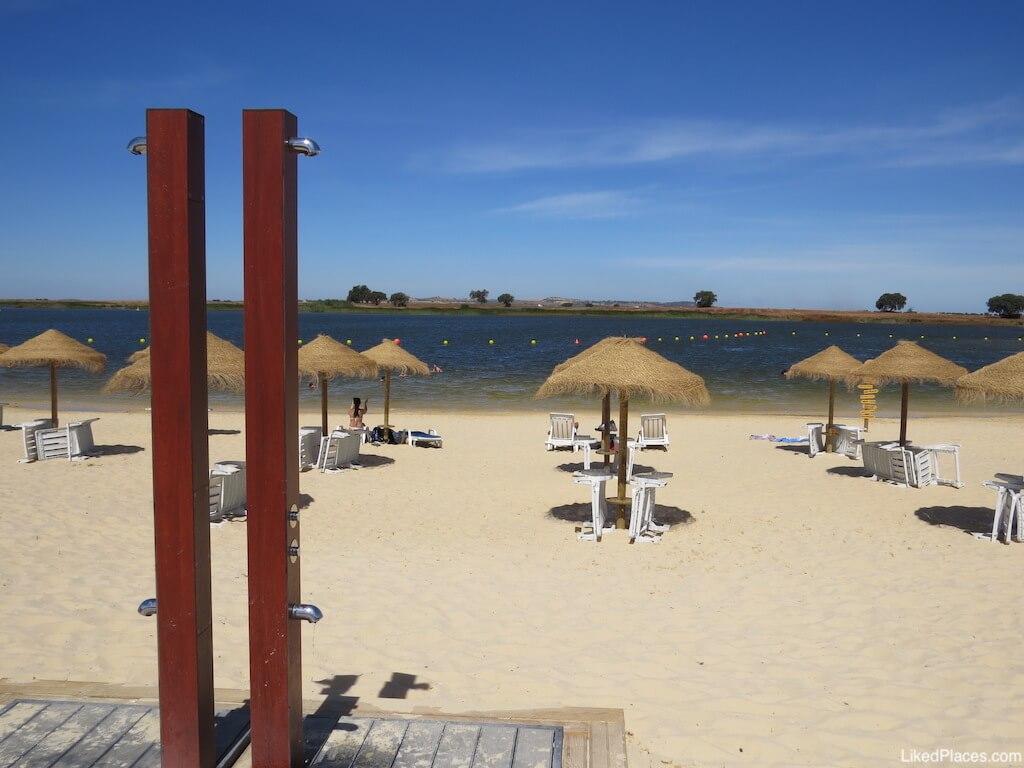 Praia fluvial 5 reis Beja chuveiros chapéus de sol e albufeira