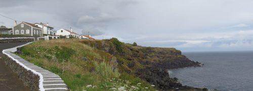 Vista mar, costa rochosa e casas, em Cinco Ribeiras, Ilha Terceira, Açores