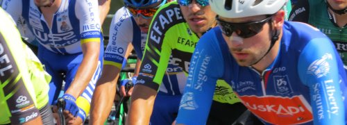 Diversidade de cores do pelotão de ciclistas na Volta a Portugal, cyclists