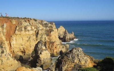 Vista do mar e da arriba com o Farol da Ponta da Piedade em Lagos - o que ver no Algarve