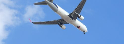 avião a voar no céu azul
