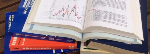 Livros de estudo sobre mesa