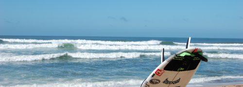 MEO RIP CURL PRO PENICHE Prancha de Surf na areia com mar e ondas ao fundo
