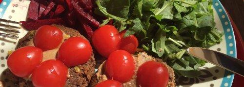 rato vegetariano hambúrguer de cogumelos com tomate, rúcula e batata doce