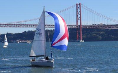 Lisboa Barco à Vela no Rio Tejo com Ponte 25 de Abril atrás