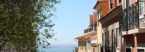 Lisboa Prédios do Bairro da Graça com vista para o Rio Tejo, Viver em Portugal, Living in Portugal